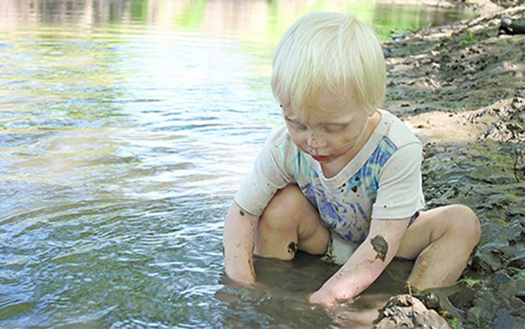 Outdoor play gives your kids more than fresh air | ilslearningcorner.com #kidsactivities #sensory