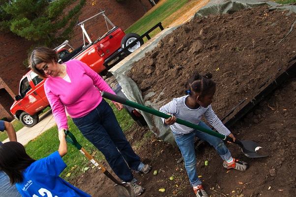 Parent Volunteers: 10 Different Ways To Help Your Local School | ilslearningcorner.com